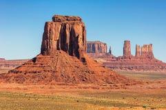 Van de monumentenvallei het Westen en van het Oosten Vuisthandschoenenbutte het Nationale Park van Utah Royalty-vrije Stock Afbeeldingen