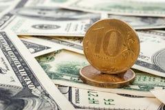 Van de muntstuk Russische roebel en dollar rekeningen Royalty-vrije Stock Fotografie