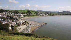 Van de Noord- cricciethstad Wales het UK met strandkust en overzees stock video