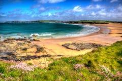 Van de Noord- harlynbaai Cornwall Engeland het UK dichtbij Padstow en Newquay in kleurrijk HDR met cloudscape Stock Foto