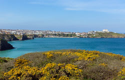 Van de Noord- newquay kustmening Cornwall het UK in de lente met blauwe hemel en overzees Stock Foto's