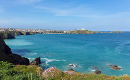 Van de Noord- newquaykust Cornwall het UK in de lente met blauwe hemel en overzees Stock Fotografie