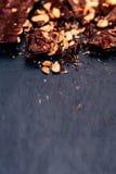 Van de nootchocoladereep Donkere verpletterde chocolade als achtergrond met exemplaar s Royalty-vrije Stock Afbeeldingen
