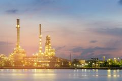 Van de de Olieraffinaderij van de nachtmening van de de rivier voorschoonheid de schemeringhemel Royalty-vrije Stock Foto's