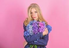 Van de de omhelzingshydrangea hortensia van het meisjes leuk blonde de bloemenboeket Natuurlijk schoonheidsconcept Huidzorg en sc royalty-vrije stock afbeelding