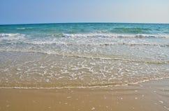 Van de overzeese daglicht van de het zandzon strand het blauwe hemel Royalty-vrije Stock Afbeeldingen