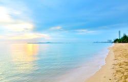 Van de overzeese daglicht van de het zandzon strand het blauwe hemel Stock Afbeelding