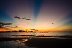 Van de overzeese het silhouet strandzonsopgang Royalty-vrije Stock Afbeeldingen