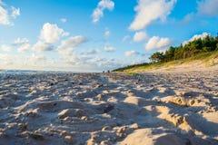 Van de overzeese van het het zanddaglicht strand blauw hemel de ontspanningslandschap Stock Fotografie
