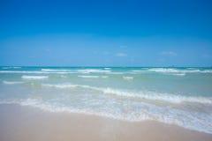 Van de overzeese van de het zandzon strand het blauwe hemel landschap van de het daglichtontspanning Royalty-vrije Stock Fotografie