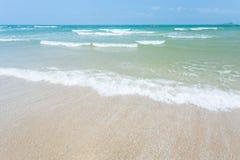 Van de overzeese van de het zandzon strand het blauwe hemel landschap van de het daglichtontspanning Stock Afbeelding