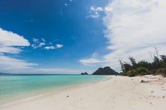 Van de overzeese van de het zandzon strand het blauwe hemel landschap van de het daglichtontspanning, Phuke Royalty-vrije Stock Foto's