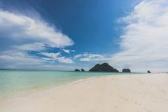 Van de overzeese van de het zandzon strand het blauwe hemel landschap van de het daglichtontspanning, Phuke Stock Foto's