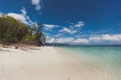 Van de overzeese van de het zandzon strand het blauwe hemel landschap van de het daglichtontspanning, Phuke Stock Afbeeldingen