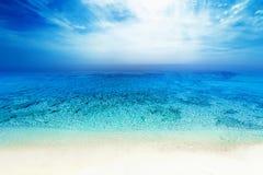 Van de overzeese van de het zandzon strand het blauwe hemel landschap van de het daglichtontspanning voor DE Stock Foto