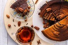 Van de pecannootpastei en thee hoogste mening over houten achtergrond stock foto