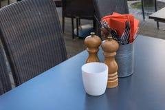 Van de Peperkelders van vorkenmessen de Zoute van het de Lijstrestaurant Oranje Servetten Royalty-vrije Stock Afbeeldingen