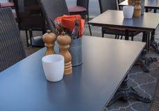 Van de Peperkelders van vorkenmessen de Zoute van het de Lijstrestaurant Oranje Servetten Royalty-vrije Stock Foto