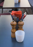 Van de Peperkelders van vorkenmessen de Zoute van het de Lijstrestaurant Oranje Servetten Royalty-vrije Stock Fotografie