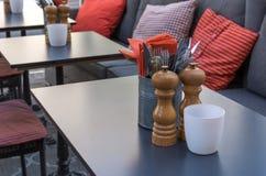 Van de Peperkelders van vorkenmessen de Zoute van het de Lijstrestaurant Oranje Servetten Royalty-vrije Stock Afbeelding