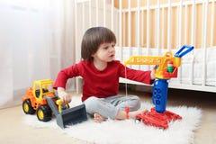 2 van de peuterjaar jongen speelt thuis Stock Foto's