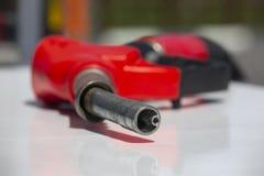 Van de de pompbrandstof van het benzinepistool de pomp van het de pijpbenzinestation Mensen bijtankende benzine met brandstof in  stock afbeelding