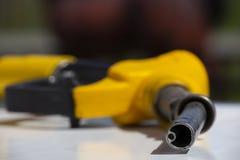 Van de de pompbrandstof van het benzinepistool de pomp van het de pijpbenzinestation Mensen bijtankende benzine met brandstof in  stock foto's