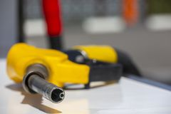 Van de de pompbrandstof van het benzinepistool de pomp van het de pijpbenzinestation Mensen bijtankende benzine met brandstof in  royalty-vrije stock foto's