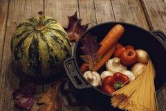 van de de pompoenpeper van het voedselingrediënt van de de champignonsspaghetti van de de tomatenwortel houten lijst als achtergr Stock Foto