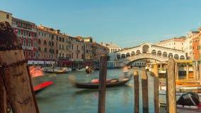 Van de rialtobrug van de zondag van het het verkeerskanaal van het de baaipanorama de tijdtijdspanne Venetië Italië 4k stock footage