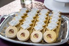 Van de de ringsdiamant van de huwelijksdouche het dessertkoekje op dienblad Royalty-vrije Stock Foto