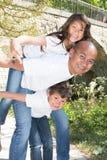 Van de de Rit in openlucht ton van vadergiving children piggyback de zoon en de dochter royalty-vrije stock afbeelding