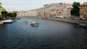 Van de rivierschepen van Fontanka van St. Petersburg van Rusland de zomertoerisme stock videobeelden