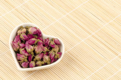 Van de rozebottelsthee (Rosa roxburghii tratt) hart de gevormde kop op bamboebevloering. Stock Foto