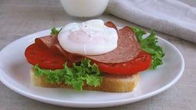 Van de de saladetomaat van de toostsandwich het de salamiei stroopte opmaakt stock videobeelden