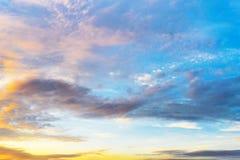 Van de schemeringhemel en cumulus wolken Stock Foto