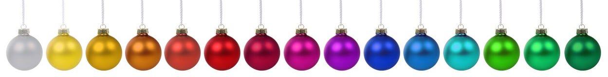 Van de de snuisterijenbanner van Kerstmisballen kleurrijke de decoratie op een rij isol Stock Fotografie