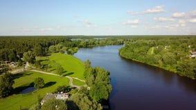 Van de de spoorwegbrug van de Gaujarivier video van de de hommel hoogste mening 4K UHD van Letland de lucht stock video