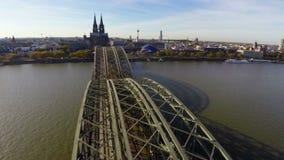 Van de de spoorwegbrug van Keulen het luchtschot, Rijn-de Opera van de rivierkathedraal stock video