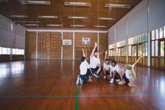 Van de sportenleraar en school jonge geitjes die in basketbalhof spelen Royalty-vrije Stock Foto's