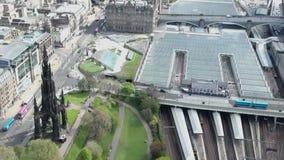 Van de stads het historische Waverley van Edinburgh van het het Stationspoor van de de manier zonnige Dag Luchtschot stock videobeelden