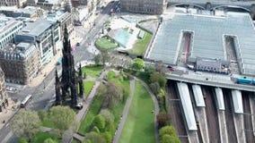 Van de stads het historische Waverley van Edinburgh van het het Stationspoor van de de manier zonnige Dag Luchtschot stock footage