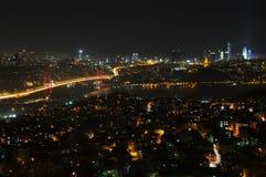 Van de stadslichten en bosphorus van Istanboel brug Stock Afbeeldingen