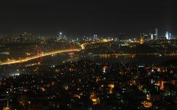 Van de stadslichten en bosphorus van Istanboel brug Stock Fotografie