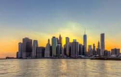 Van de Stadsmanhattan van New York horizon de van de binnenstad bij zonsondergang Royalty-vrije Stock Afbeeldingen
