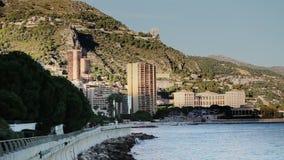 Van de de stadsstad van Monaco van de de straatpalm van Monte Carlo zonnige de dagmening aan de blauwe overzees overzeese getijde stock videobeelden