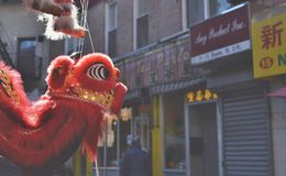 Van de Stadsstraten van Chinatownnew york de Achtergrond Dragon Decoration stock foto's