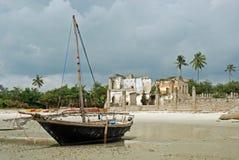 Van de stadsTanzania van Bagamoyo van het strand de vissersbootruïnes stock foto's