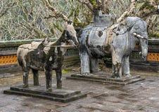 Van de steenpaard en Olifant beeldhouwwerken in forecort die het Stele-Paviljoen in Turkije Duc Royal Tomb, Tint, Vietnam voorafg stock afbeeldingen