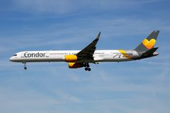 Van de stickerboeing 757-300 van condorluchtvaartlijnen speciaal de passagiersvliegtuig die D-ABOC bij de Luchthaven van Hamburg  stock foto